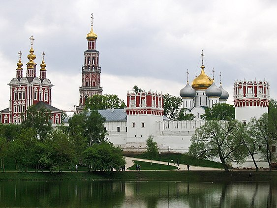 https://upload.wikimedia.org/wikipedia/commons/thumb/d/db/Russie_-_Moscou_-_Novodevichy_4.jpg/563px-Russie_-_Moscou_-_Novodevichy_4.jpg