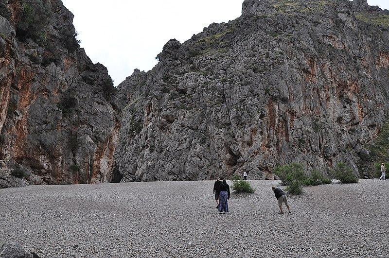 File:Sa Calobra , de kloof met Frank en Ilse - panoramio.jpg