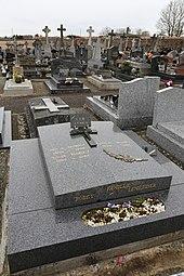 Photographie d'une pierre tombale de couleur grise.