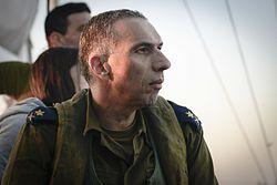מפקד חיל הים אלוף אליהו (אלי) שרביט צופה בתרגיל בים.