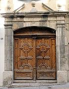 rue Droite - особняк 17 века с красивой резной дверью
