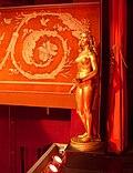 Skandia-Teaterns salon, skulptur ved forhænget