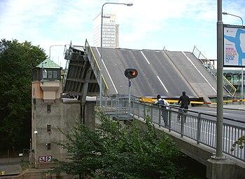 Skansbron 1961 mod nord og i 2009 fotograferet fra samme sted ved broåbning.   I baggrunden ses Folksamhuset.