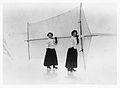 Skridskosegling på is. Två kvinnor i tidens sportkläder, långa kjolar och polotröjor - Nordiska Museet - NMA.0052738.jpg