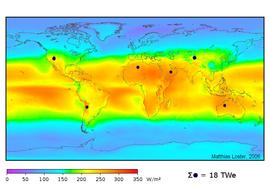 Weltweit verfügbare Sonnenenergie. Die Farben in der Karte zeigen die lokale Sonneneinstrahlung auf der Erdoberfläche gemittelt über die Jahre 1991-1993 (24 Stunden am Tag, unter Berücksichtigung der von Wettersatelliten ermittelten Wolkenabdeckung).Zur Deckung des derzeitigen Weltbedarfs an Primärenergie allein durch Solarstrom wären die durch dunkle Scheiben gekennzeichneten Flächen ausreichend (bei einem Wirkungsgrad von 8%).