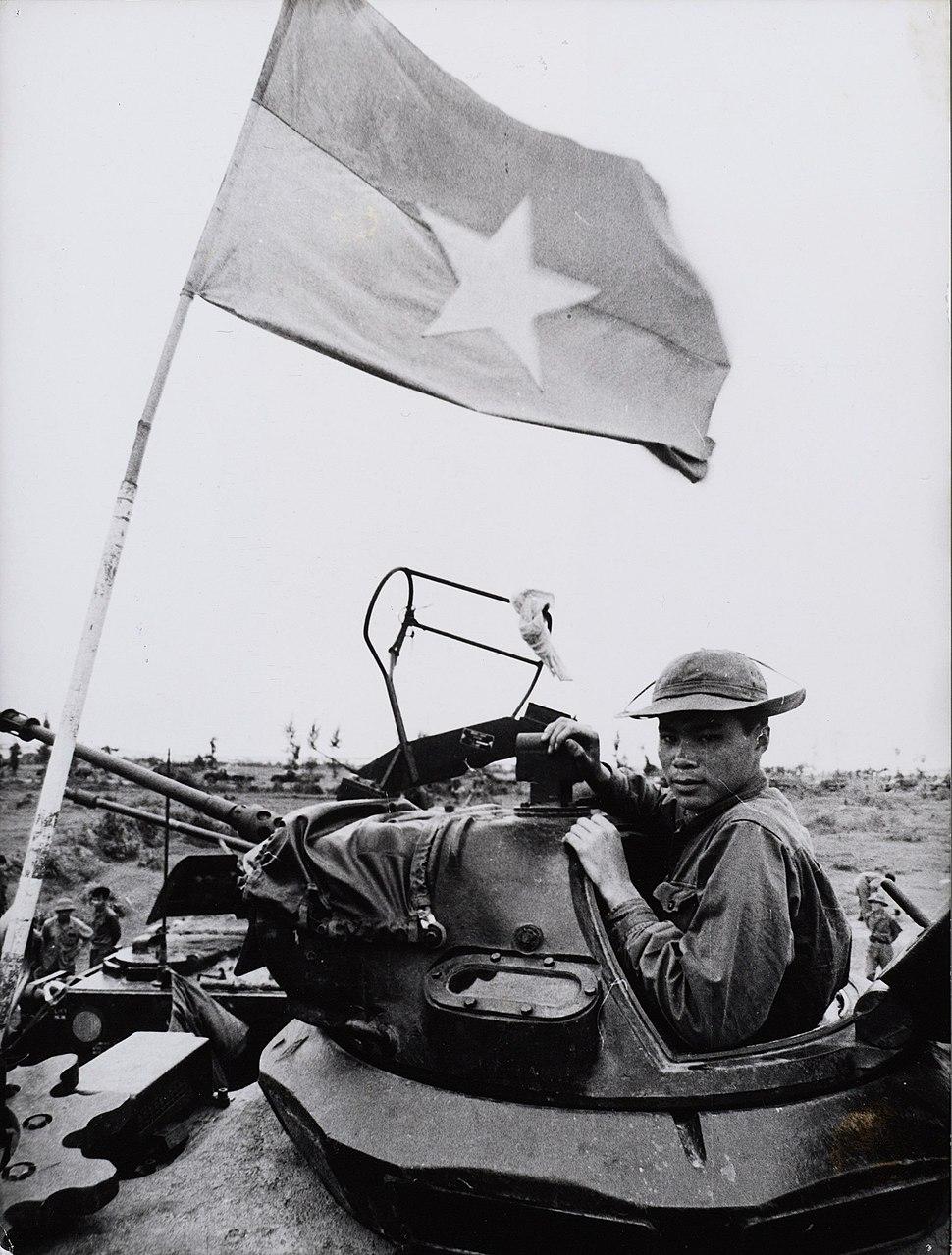 Soldaat van het Nationale Front voor de bevrijding van Zuid-Vietnam bevrijdingsleger in een buitgemaakte Amerikaanse tank