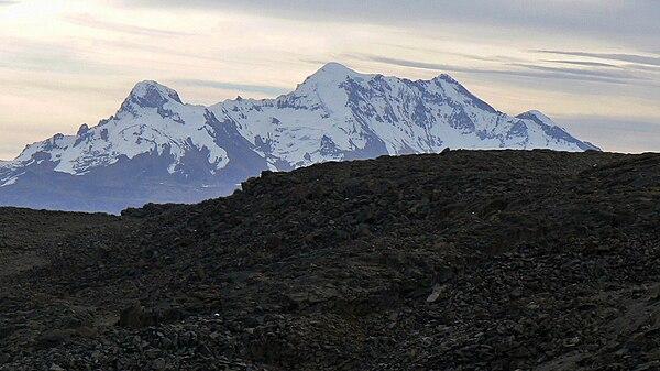Masyw wulkanu Solimana - świętej góry Inków. Fot. Wikimedia Commons, autor: Edubucher, lic. CC-BY-SA-3.0.