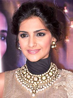 Sonam Kapoor promotes 'Raanjhanaa' on the sets of Jhalak Dikhla Jaa Season 6.jpg