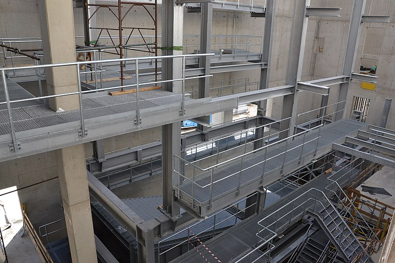 File:Stahlbau mit Gitterrosten.JPG