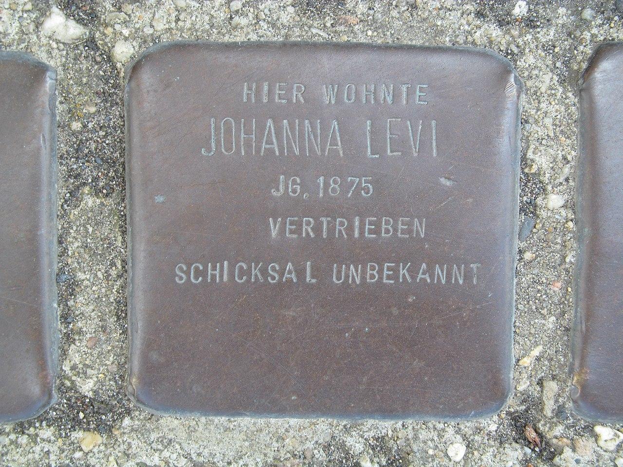 der Stolperstein für Johanna Levi vor dem Haus Wiegelsweg 2 in der Friedrich-Ebert-Straße in Treysa