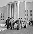Studenten voor het hoofdgebouw van de universiteit La Sapienza in de Città Unive, Bestanddeelnr 191-1345.jpg