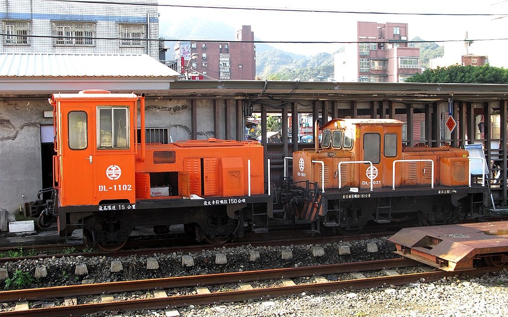 https://upload.wikimedia.org/wikipedia/commons/thumb/d/db/TRA_DL-1102_and_DL-1031_at_Ruifang_Station_20121215.jpg/1024px-TRA_DL-1102_and_DL-1031_at_Ruifang_Station_20121215.jpg