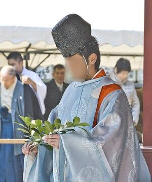 Tamagushi - A kannushi holding a tamagushi