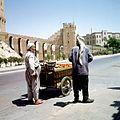 Tomatenverkoper bij de Citadel en het Grand Serail - Stichting Nationaal Museum van Wereldculturen - TM-20036663.jpg