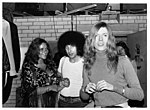 David Bowie et son amie la chanteuse Dana Gillespie entourent leur imprésario Tony Defries en 1971.