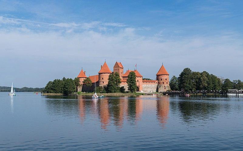 ファイル:リトアニア、トラカイ島城-Diliff.jpg