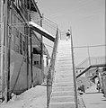 Trappen die dienen als opgang naar woonhuizen aan een gallerij, Bestanddeelnr 255-2450.jpg