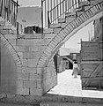 Trappen op bogen die doorkijkjes vormen naar de woonhuizen erachter, Bestanddeelnr 255-2454.jpg