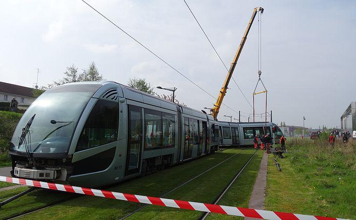 Valenciennes & Anzin - Déraillement de la rame de tramway n° 17 à la sortie du dépôt de Saint-Waast le 11 avril 2014 (024).JPG