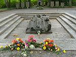 Würzburg-kriegsgräberstätte-bombenopfer-würzburg-hauptfriedhof-denkmal-heuler.JPG