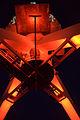 WLANL - Quistnix! - Havenmuseum - Figee walkraan (rood) bij nacht, van onderaf gezien.jpg