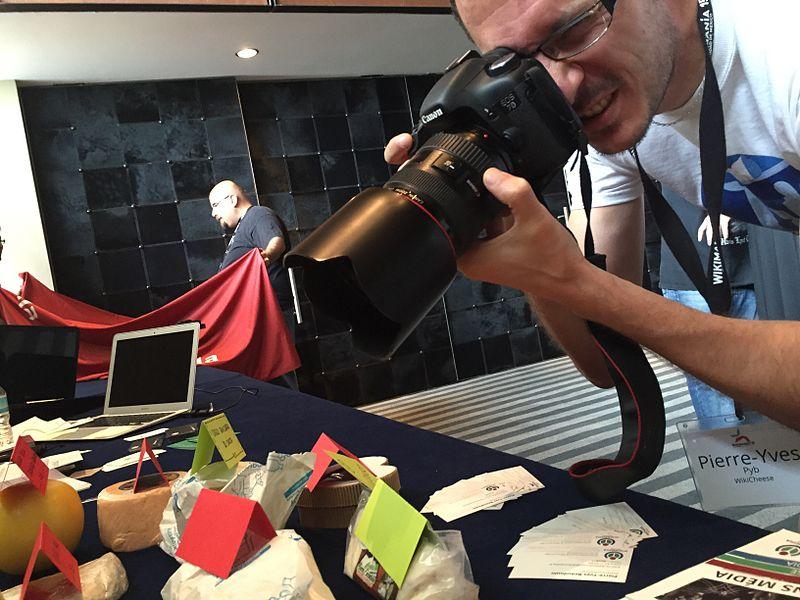 Фотограф робить знімки сиру на Вікіманії. Автор фото — Benoit Rochon [ліцензія CC-BY-SA-3.0].
