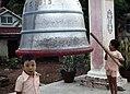 Yangon-Botataung-06-1976-Glocke-Kinder-gje.jpg