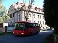 Zbraslav, Bartoňova, autobus u zámku.jpg