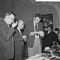 Zone-schaaktoernooi te Berg en Dal , dr Filip leest telegram, Bestanddeelnr 911-8024.jpg