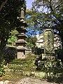 五層塔と頌徳碑.jpg
