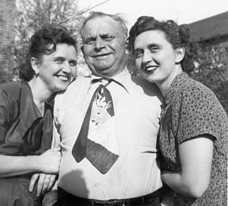 Kipper tie - Example of a kipper tie, 1953. Note the wide breadth, short length and garish pattern.