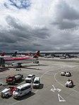 2018 Aeropuerto El Dorado de Bogotá - Vehículos en el muelle nacional.jpg
