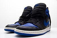 Una replica in nero e blu delle Air Jordan I, il primo paio di scarpe Nike sponsorizzato da MJ.