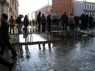 Venezia: turisti sulle passerelle in attesa di entrare in San Marco