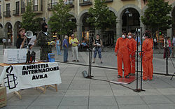 los voluntarios de Amnistía Internacional que forman grupos realizan actos de todo tipo, como este de Ávila España solicitando el cierre del centro de detención en Guantánamo