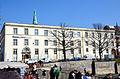 Altstadt-Flohmarkt in Hannover, Blick auf den ehemaligen Hofmarstall Am Hohen Ufer, Menschen auf der Marstallbrücke beobachten das fließende Wasser der Leine.jpg