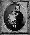 Amerikanischer Photograph um 1856 - Ein Vater mit seinem schläfrigen Kind (Zeno Fotografie).jpg