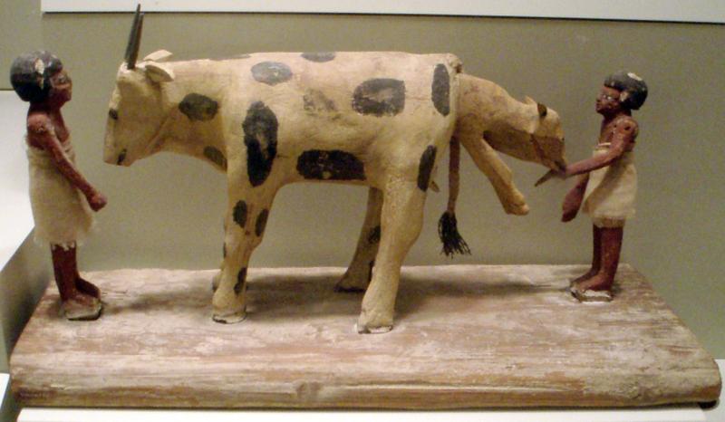 La leche en el Antiguo Egipto. 800px-AncientEgyptianFigurines-BirthingCow-ROM