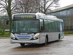 En af Hallandstrafikens kører i bus i Halmstad, med det nyere design.
