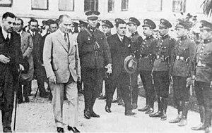 Kâzım Özalp - Atatürk is leaving the Dolmabahçe Palace with Kazım Özalp