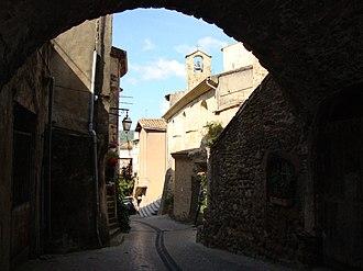 Beauchastel - Image: Beauchastel (Ardèche, Fr) ruelle avec église