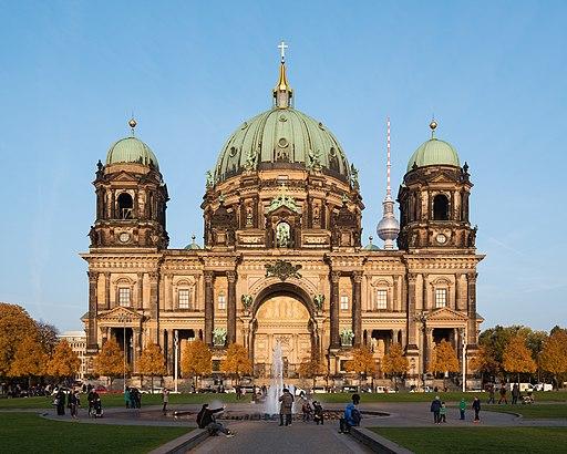 Berliner Dom vor Sonnenuntergang