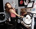 Bernadette Peters - 브로드웨이 진출한 LG 드럼세탁기.jpg
