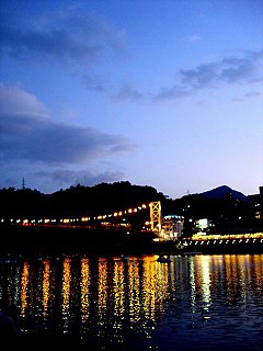 Bitan Suspension Bridge 20050716 night.jpg