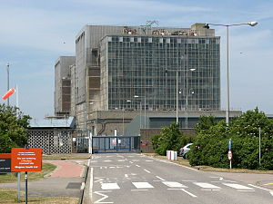 Bradwell nuclear power station - The two Magnox reactor buildings in 2010 from the entrance road