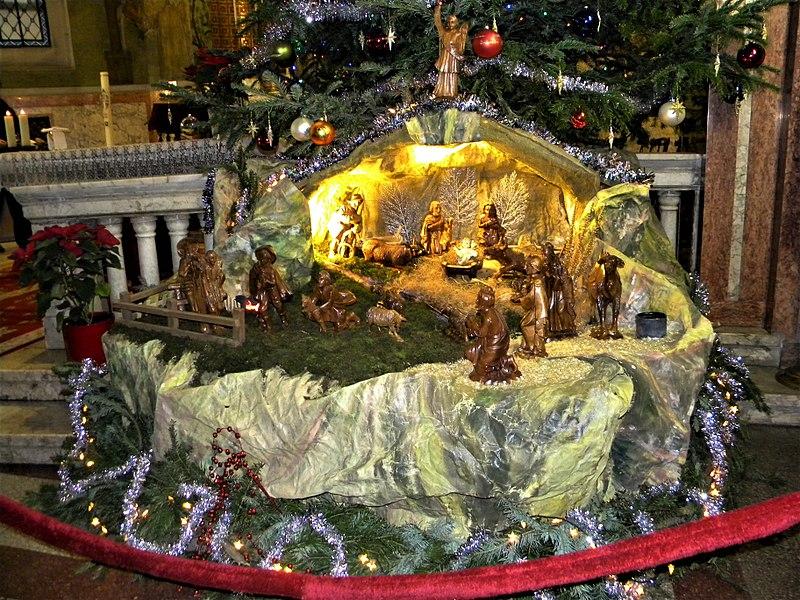 File:Bucuresti, Romania. Biserica Italiana. Brad de Craciun, Decembrie 2017. Aranjament Biblic cu nasterea Domnului.jpg