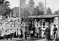 Bundesarchiv B 145 Bild-F001153-0015A, Lager Friedland, Suchmeldung an Wand.jpg