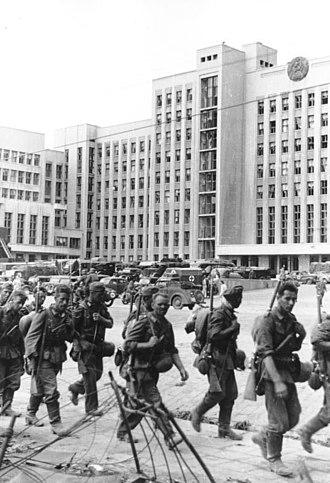 Independence Square, Minsk - Image: Bundesarchiv Bild 101I 137 1010 37A, Minsk, deutsche Truppen vor modernen Gebäuden