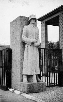 Rottenführern Statue am Eingangstor Bundesarchiv, Bild 101III-Wisniewski-002-14 / Wisniewski / CC-BY-SA 3.0 [CC BY-SA 3.0 de (https://creativecommons.org/licenses/by-sa/3.0/de/deed.en)], via Wikimedia Commons