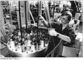 "Bundesarchiv Bild 183-1984-0103-011, VEB Kombinat NARVA ""Rosa Luxemburg"", Stephan Linke.jpg"